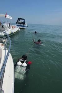 Subacquei sulla cima prima dell'immersione